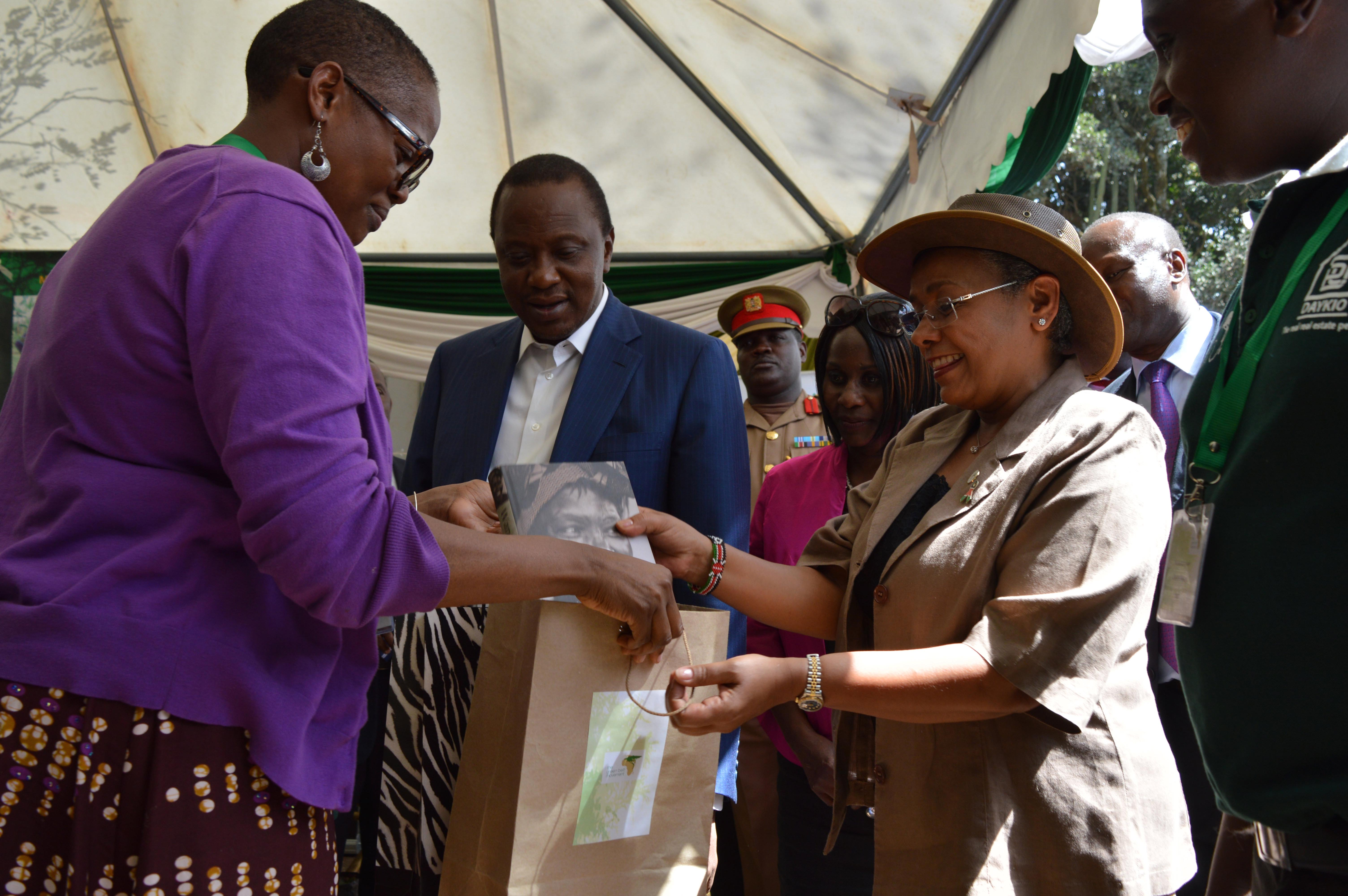 GBM Board Chair, Wanjira Mathai presents a gift to H.E President Uhuru Kenyatta and First Lady Margaret Kenyatta